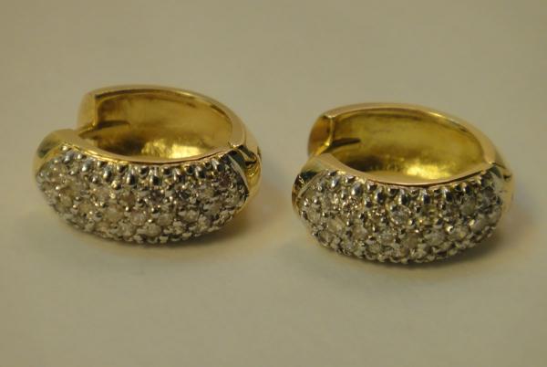 Par de brincos argola em ouro 18k e ouro branco com 50 diamantes,  totalizando aproximadamente. content image 0 6460954e27