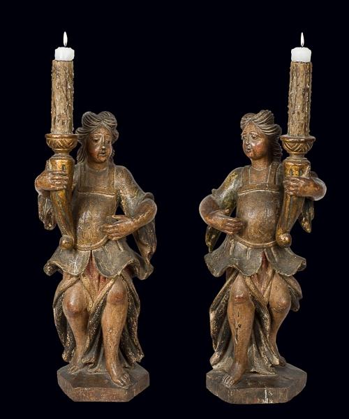 """Par de esplêndidos e raros """"Serafins"""" em madeira policromada. Alt.: 65cm. Portugal - séc. XVIII. Reproduzido com foto no catálogo."""