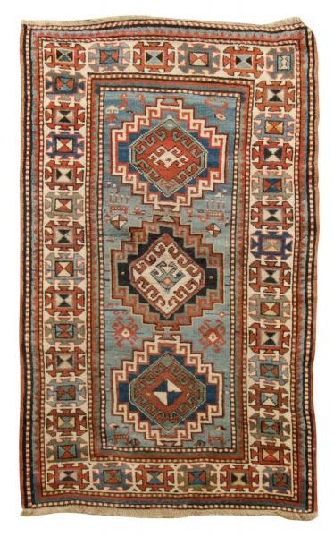 Raro tapete Kasak (circa 1880), medindo: 1,70 X 0,91 = 1,54m². Reproduzido com foto no catálogo.