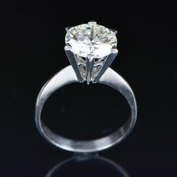 Magnífico anel em platina com brilhante solitário de aproximadamente 3,0ct. Aro: 16.