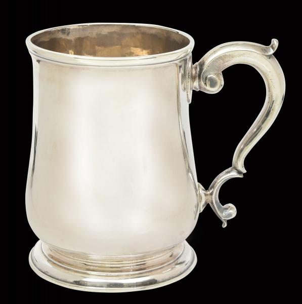 """Raro mug de coleção em prata inglesa lisa do período """"George II"""", contraste da Cidade de Londres de 1754. Pega no feitio de """"S"""" arrematada com florões terminando em volutas. Alt.: 9cm. Prateiro """"George Fayle"""". Reproduzido com foto no catálogo."""