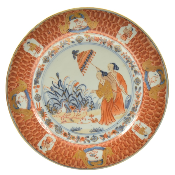 """DAMA DO PARASOL. Raríssimo prato em porcelana chinesa da Cia das Índias, séc.XVIII, período """"Qianlong"""" (circa 1740), esmaltado no padrão Imari tendo ao centro dama protegida por um guarda sol sustentado por uma serviçal diante de 3 aves. Borda com 8 reservas alternadas com personagens e patinhos. Diâm.: 23,5cm. Esta peça está reproduzida na pág. 64 no livro """"A Companhia da Índia e a Porcelana Chinesa de Encomenda"""" por José Roberto Teixeira Leite. Reproduzido com foto no catálogo. (Em função da fragilidade, este lote só poderá ser enviado para fora do estado através de transportadora especializada)."""