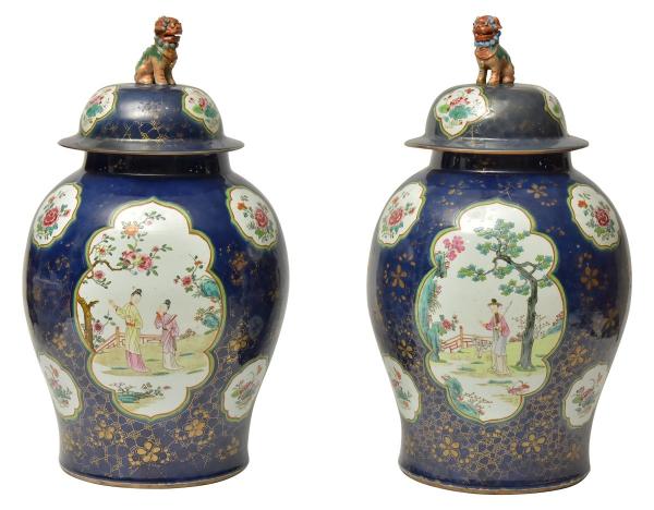 """Par de raros potiches em porcelana chinesa """"Powder Blue"""" do séc.XVIII, período """"Qianlong"""" (1736-1795), padrão dito """"Princesinhas"""". Esmaltados em azul cobalto realçado com ramos e flores douradas. Apresenta 2 reservas no centro com princesa no jardim, sendo uma com sua serviçal e a outra com pequena cabra. Puxador no feitio de """"cão de fó"""". Alt.: 66cm. (Um potiche com trincado e puxador fixado com parafuso). Reproduzido com foto no catálogo. (Em função da fragilidade, este lote só poderá ser enviado para fora do estado através de transportadora especializada)."""