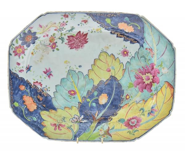 """Raríssima travessa retangular com cantos chanfrados em porcelana chinesa da """"Cia das Índias"""", séc. XVIII, período Qianlong (1736-1795), dita """"Folha de tabaco"""", decorada em rica policromia com farta vegetação floral e frutos. Medida: 38 X 30. Reproduzido com foto no catálogo. (Em função da fragilidade, este lote só poderá ser enviado para fora do estado através de transportadora especializada)."""