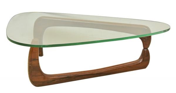 """Mesa baixa de centro dita """"Noguchi Coffee Table"""", padrão do designer americano """"Isamu Noguchi (1904-1988)"""". Estrutura com linhas encurvadas em jacarandá. Tampo em vidro de 20mm de formato triangular com extremidades arredondadas. Alt.: 40cm. Comp.: 1,35m. Reproduzido com foto no catálogo."""