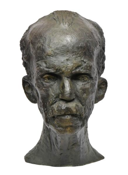 """BRUNO GIORGI (1905-1993). """"Rui Barbosa"""", rara escultura em bronze patinado. Alt.: 65cm. Assinado e datado (1949). Fez parte do acervo do jornal """"Tribuna da Imprensa"""" e foi presenteada pelo escultor na época ao jornalista """"Carlos Lacerda"""". Escultura idêntica em mármore encontra-se exposta no """"Palácio Gustavo Capanema (MEC)"""". Reproduzido com foto no catálogo."""