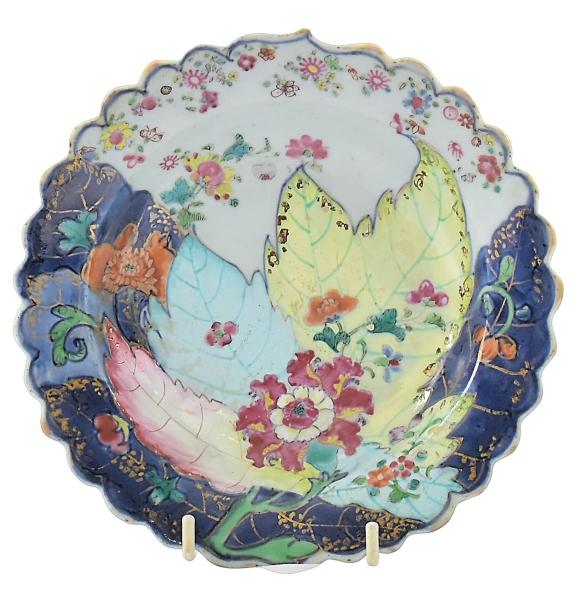 """Raríssimo bowl em porcelana chinesa da """"Cia das Índias"""", séc. XVIII, período Qianlong (1736-1795), dita """"Folha de tabaco"""", decorado em rica policromia com farta vegetação floral e frutos. Borda ondulada. Diam.: 16,5cm. (Restauro na borda). (Em função da fragilidade, este lote só poderá ser enviado para fora do estado através de transportadora especializada)."""