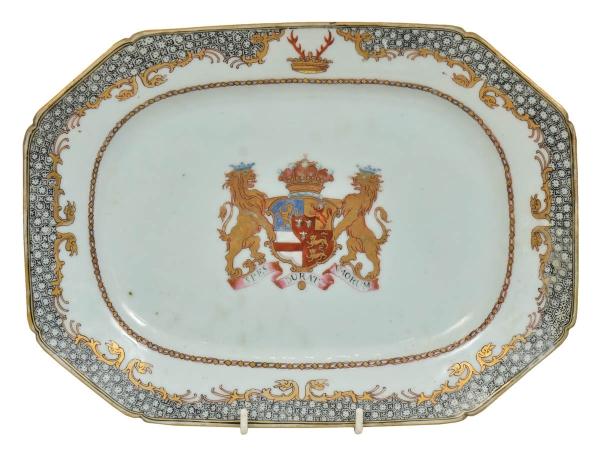 """PRIMEIRO CONDE DE ROCHFORD (William Nassau de Zuylestein, Inglaterra, 1649-1709). Travessa retangular brasonada com cantos chanfrados em porcelana chinesa do séc. XVIII, período """"Qianlong"""" (1736 - 1795), esmaltagem """"Família Rosa"""". Centro com """"Brasão de Armas"""" em cores heráldicas guarnecidas por 2 leões, sobre fita com a inscrição """"Spes Durat Avorum"""". Borda com flores rendadas emoldurada com animais mitológicos estilizados. Medida: 29 x 21. (Pequeno restauro na borda). Reproduzido com foto no catálogo. (Em função da fragilidade, este lote só poderá ser enviado para fora do estado através de transportadora especializada)."""