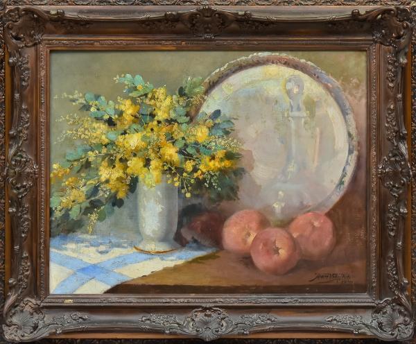 """ARMANDO VIANNA (1897-1992). """"Vaso de Flores. Maçãs, Decanter e Salva sobre a Mesa"""", óleo s/ tela, 45 X 60. Assinado e datado (1945) no c.i.d. Reproduzido com foto no catálogo."""