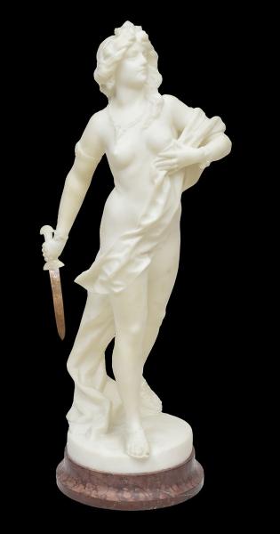 """GUSTAVO OBIOLS DELGADO (ESPANHA, 1858-1910). """"La Joven Guerrera"""", escultura em mármore de carrara. Base em mármore marrom rajado. Espada em metal. Alt.: 72cm. Assinado. Artista citado no Benezit. Reproduzido com foto no catálogo."""