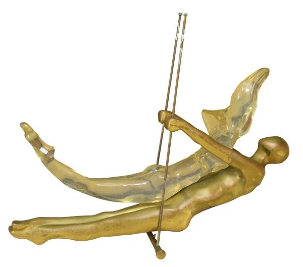 """MAX FORTI (ITÁLIA, 1937). """"Fantastic Couple on a Circus Trapeze"""", escultura em bronze dourado e acrílico. Comp.: 1,05m. Assinado. Reproduzido com foto no catálogo."""