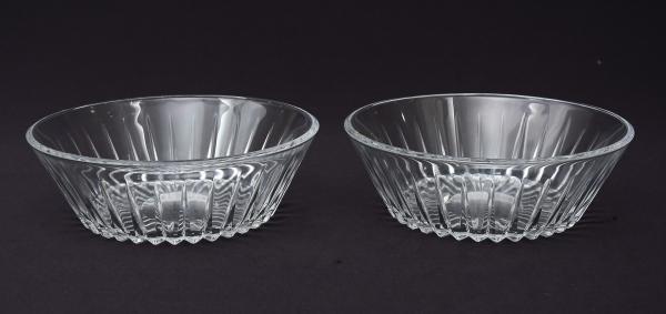 VAL ST LAMBERT (BELGICA-1900). Par de bowls em grosso cristal, lapidados com lanças. Base serrilhada