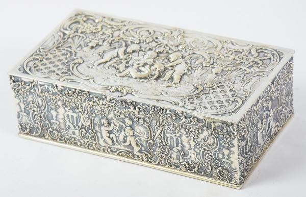 Porta joias retangular em prata holandesa contrastada. Corpo decorado com alegria de querubins na f
