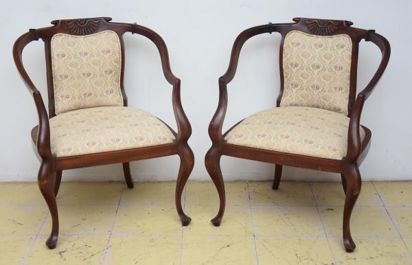 """Par de cadeiras em madeira clara, estilo """"eclético"""", Brasil-1900. Espaldar entalhado com con"""