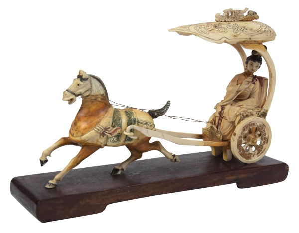 """Magnífico grupo esculpido em marfim policromado, representando """"Princesa em Carruagem com Cavalo"""". Base em madeira. Comp.: 35cm. Alt.: 25cm. China - 1900. (Alguns restauros). Reproduzido com foto no catálogo."""