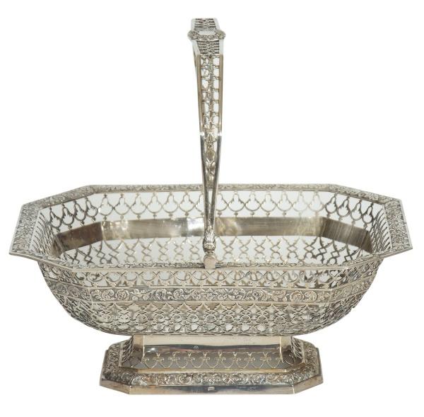 """Cesta com alça em prata portuguesa, contraste """"L Coroa"""", séc.XVIII/XIX. Bordas e alça fenest"""