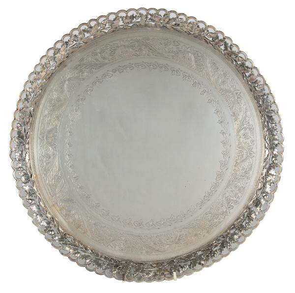 """Grande salva em prata portuguesa contraste """"P Coroa"""", séc. XIX. Galeria vazada com ramos e p"""
