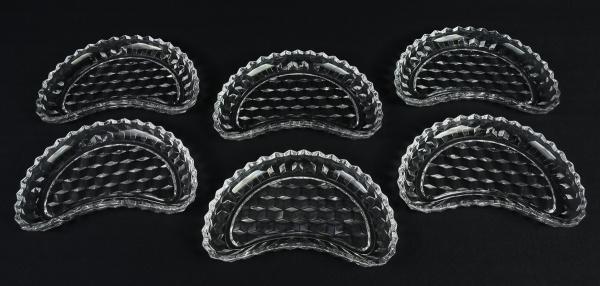 Doze pratos para salada no feitio de meia lua em meio cristal europeu, decorados com mosaicos. Borda