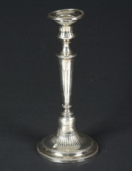 """Castiçal em prata brasileira contrastada do séc. XIX, estilo """"D. Maria"""". Base redonda com bo"""