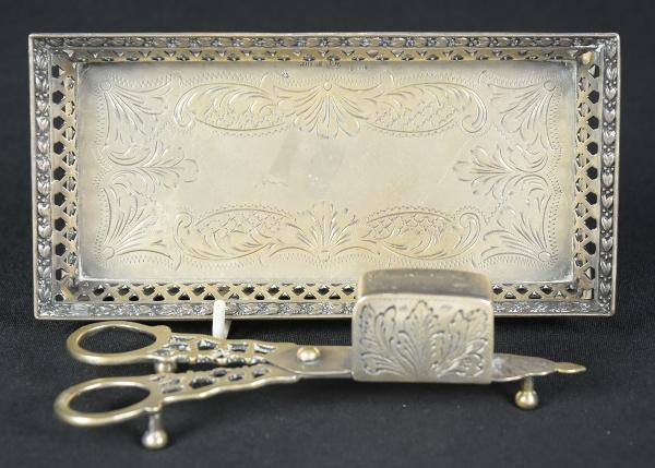 Espevitadeira completa em prata brasileira contrastada. Berço com galeria vazada arrematada com rami