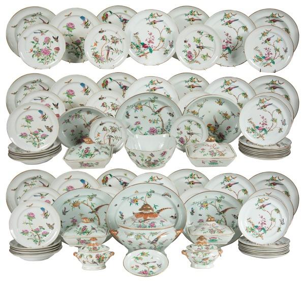 Extraordinário aparelho para jantar com 105 peças em porcelana chinesa do séc. XIX, período
