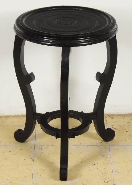 Banqueta para vaso ou cachepot em madeira revestida em laca negra com decoração no estilo oriental.