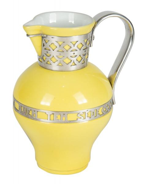 VISTA ALEGRE - PORTUGAL. Jarra com alça em porcelana com esmaltagem amarela. Alça e guarnições em pr