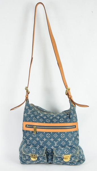 LOUIS VUITTON - FRANÇA. Bolsa de ombro feminina em tecido jeans. Exterior com 3 bolsos (2 bolsos com