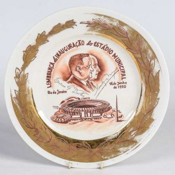 """Medalhão em porcelana comemorativo à """"Inauguração do Estádio Municipal do Maracanã"""" em 16/06"""