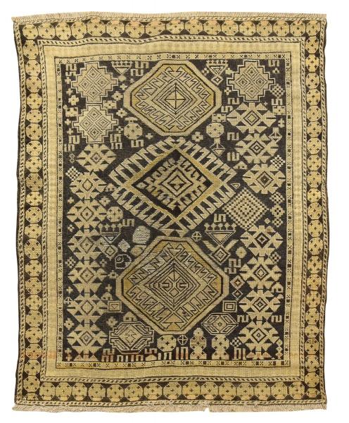 Raro tapete Shirvan (circa 1880), medindo: 1,43 X 1,13 = 1,61m². Reproduzido com foto no catálogo.