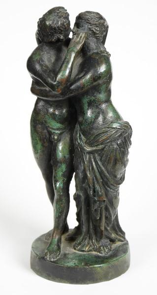"""ESCOLA ITALIANA (PROVAVELMENTE SÉC. XVIII). """"Os Amantes"""", escultura em bronze patinado. Alt."""