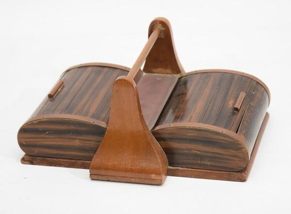 Caixa com alça para cigarros, charutos ou baralho, com 2 sessões em madeira clara. Portas de esteiri