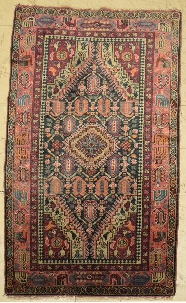 Antigo tapete Hamadan, medindo: 2,00 X 1,16 = 2,32m². (Pequeno defeito na extremidade próximo à fran