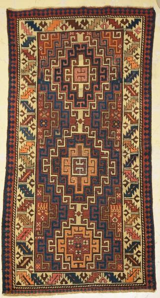 "Raro tapete ""Caucasian"" (circa 1900), medindo: 1,70 X 0,87 = 1,47m²."