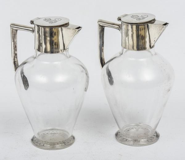 """Par de claret jugs em cristal liso com alças, guarnições e tampas em prata inglesa do período """"V"""