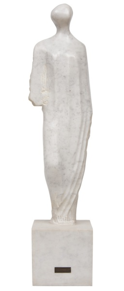 """AGOSTINELLI, MARIO (1915-2000) . """"Torso Feminino"""", escultura em mármore de """"Carrara"""". Alt.: 78cm. Apresenta placa de identificação do artista na base. Reproduzido com foto no catálogo."""