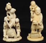 """a) Okimono em marfim representando """"camponês com cesto e criança nos ombros"""". Alt.: 10,5cm. Japão - 1900. b) Grupo esculpido em marfim representando """"Batráquio com 3 crianças e adereços """". Alt.: 10cm. China - 1900. (Falta 1 pequeno trecho do adereço das costas)."""