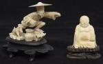 """""""Pescador com seu cãozinho e Buddah em meditação"""" esculpidos em marfim. Bases em madeira trabalhada. Alt.: 9cm. China - 1900."""