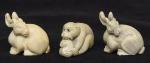 """Três Netsukes esculpidos em marfim, representando """"Casal de lebres e macaco com abóbora"""". Japão -1900."""