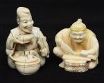 """Dois Netsukes esculpidos em marfim policromado, representando """"Homem sentado com ventarola tomando sopa"""" e """"Pescador sentado limpando peixe"""". Japão -1900. Assinados."""