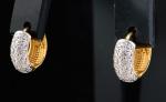 Par de brincos argola em ouro 18k, ouro branco e brilhantes. Diâm.: 1,1cm.