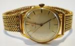"""CYMA. Relógio masculino suíço de pulso da década de 50, da marca """"Cyma"""". Caixa e pulseira em ouro 18k. Movimento a corda. Funcionando. Diam.: 3,2cm. Peso: 62,3g."""