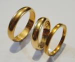 Três alianças em ouro 18k. Aro: 22, 15 e 13. Peso: 13,5g.