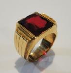 Anel unissex art deco em ouro 18k, guarnecido com pedra vermelha retangular provavelmente rubelita. Medida da pedra: 1,4 X 1,4. Aro: 23. Peso: 21,2g.