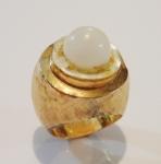 Anel em ouro escovado 18k com pérola. Aro: 8. Peso: 9,8g. (Pérola no estado).