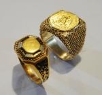 a) Anel filigranado em ouro 18k, guarnecido com moeda de 1 Dólar americano. Aro: 10. b) Antigo anel em ouro 18k finamente decorado com esmaltes. Aro: 22. Peso de ambas as peças: 13,1g.