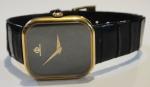 """BAUME & MERCIER. Relógio feminino suíço de pulso da marca """"Baume & Mercier"""". Caixa em ouro 18k contrastado. Movimento a corda. Arremate da coroa com safira azul. Pulseira original em couro. Medida da caixa: 3,0 X 2,0. Funcionando."""