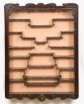 Vitrine chinesa de parede para objetos em miniatura. Caixa em madeira escurecida guarnecida com enta