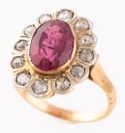 Antigo anel em ouro 18k com pedra vermelha central, provavelmente rubelita e 12 brilhantes laterais. Aro: 12.