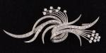 """Delicado broche em platina dos anos 50, no feitio de """"ramo"""", com 50 brilhantes diversos. Comp.: 8cm. Peso: 13,6g."""